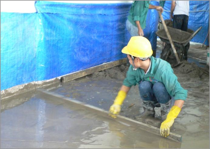 Thợ thi công cán vữa nền nhà ở Hà Nội